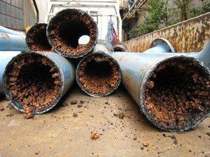 水道水は飲んじゃ駄目だよ。 大量の塩素が含まれてたり有害な化学物質が含まれてたり水道管や貯水タンクは凄い不衛生だからね。 [308747842]YouTube動画>1本 ->画像>13枚